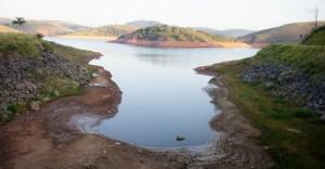 9fev2014-represa-jaguari-que-faz-parte-do-sistema-cantareira-em-jacarei-sao-paulo-esta-mais-de-oito-metros-abaixo-do-seu-nivel-de-vazao-devido-a-falta-de-chuvas-1391974654552_956x500