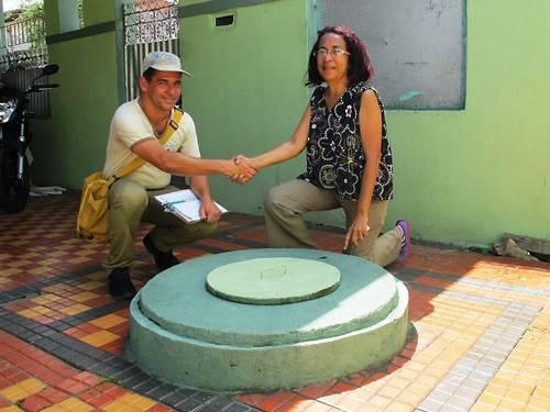 Agente-de-Endemias-Rogerio-Rodrigues-parabenizou-dona-Marilda-Alves-depois-da-vistoria-em-sua-residencia-Foto-Marcio-Luiz-RosaExtra