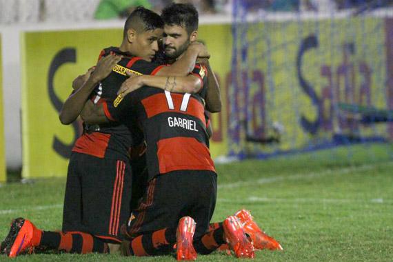 Jogadores comemoram gol de Arthur Maia