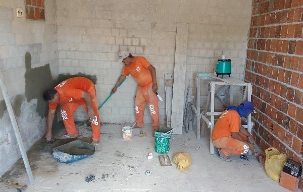 Detentos-do-CDP-de-Apodi-realizam-trabalho-de-construção-do-Centro-Cirúrgico-de-maternidade