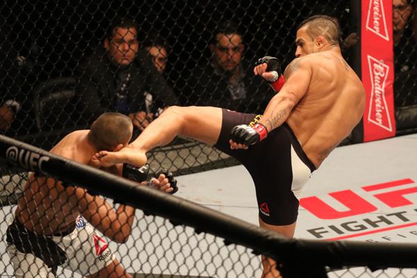 SP - MMA/UFC FIGHT NIGHT 77/SÃO PAULO  - ESPORTES - O brasileiro Vitor Belfort (detalhes vermelhos nas luvas) enfrenta Dan Henderson em combate durante o UFC Fight Night 77, no Ginásio do Ibirapuera, na zona sul de São Paulo, na madrugada deste domingo. Belfort venceu por nocaute no primeiro round. 08/11/2015 - Foto: THIAGO BERNARDES/FRAMEPHOTO/FRAMEPHOTO/ESTADÃO CONTEÚDO