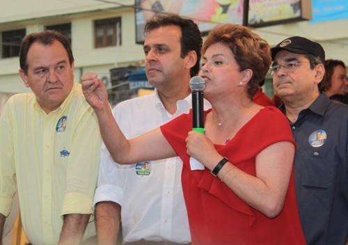 28/07/2010 – POLÍTICA – Candidata ao presidência da republica Dilma Russeff e o candidato ao governo Carlos Eduardo, durante uma caminhada no centro do Alecrim – Foto:Alex Régis/ Ágil Fotografia