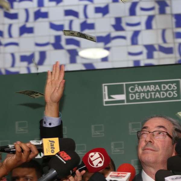 Brasília- DF 04-11-2015 Foto Lula Marques/Agência PT Presidente Eduardo Cunha recebe um pacote de Dollar no rosto, durante entrevista a imprensa no salão verde.