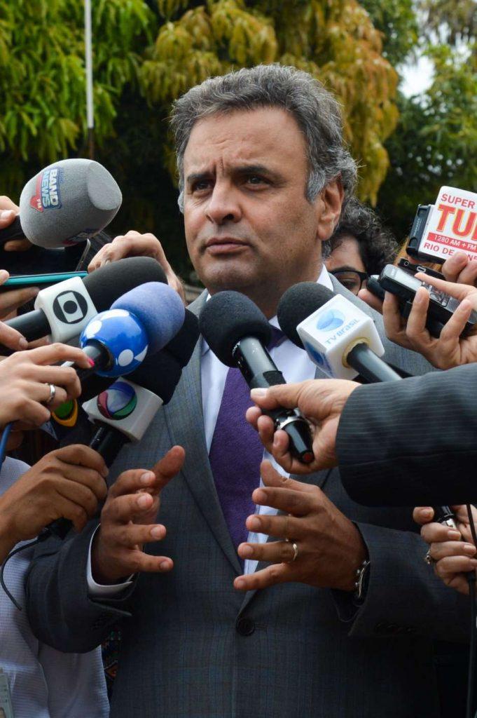 Brasília - Senador Aécio Neves fala à imprensa após encontro com o presidente do Senado, Renan Calheiros e com o vice-presidente Michel Temer, na residência oficial do presidente do Senado (Antonio Cruz/Agência Brasil)