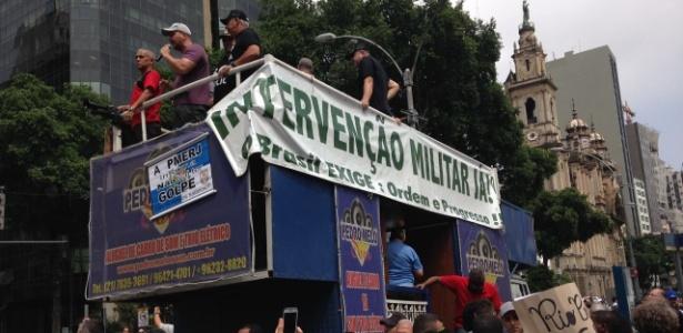 16nov2016-manifestantes-em-carro-de-som-que-pede-a-intervencao-militar-durante-protesto-de-servidores-publicos-na-alerj-no-rio-1479305089724_615x300