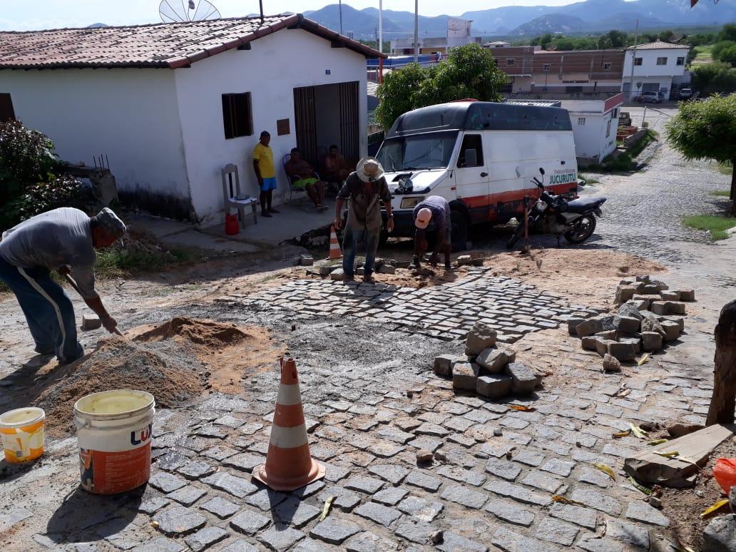 Ação de recuperação de calçamento no Novo Horizonte é realizada pela Prefeitura de Jucurutu